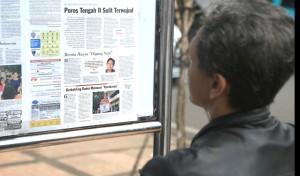 A Pikiran Rakyat reader, photograph: Richard Avis, Culturpology